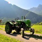 Traktor am Feldweg